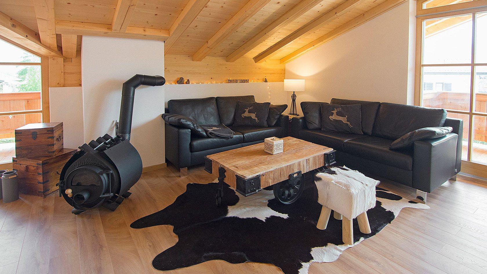 Ferienwohnung Reit im Winkl, Chalet im Ahornwinkl, Wohnraum mit offener Küche und zwei Balkonen