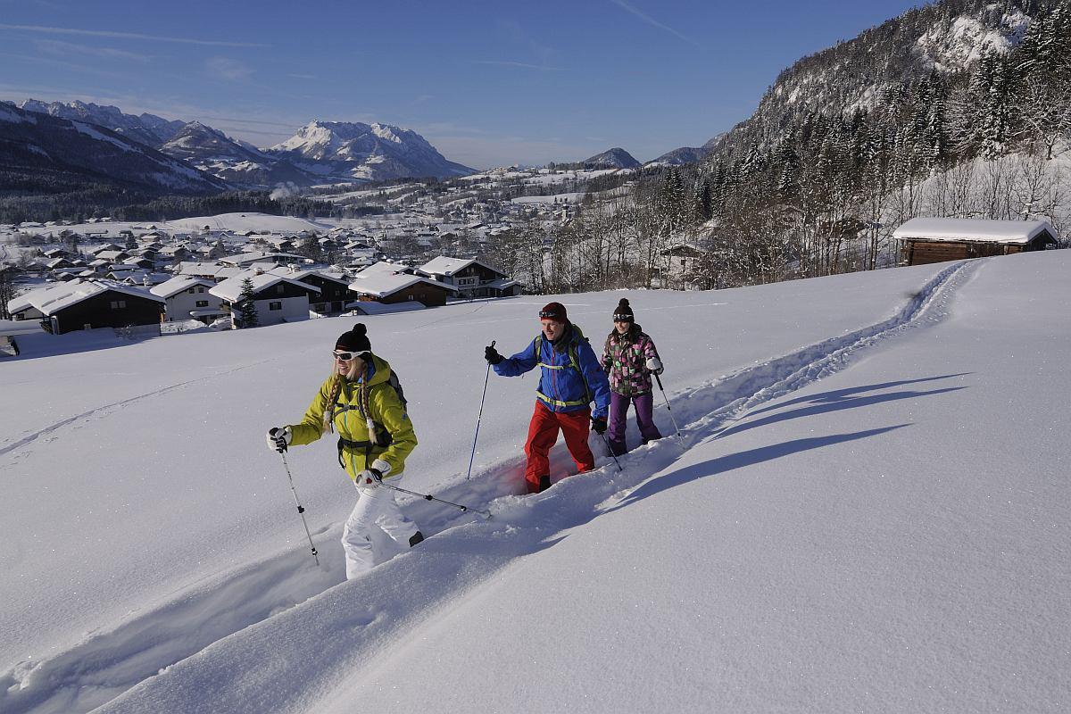 Premium-Winterwanderweg, Kaiserblick, Reit im Winkl, Chiemgau, Oberbayern, Bayern, Deutschland, Model Released